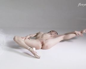 Nude ballet dancer in pointes does yoga porn exercises