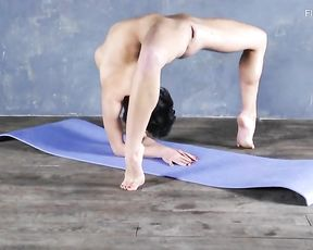 Super flexible gymnast does erotic naked yoga