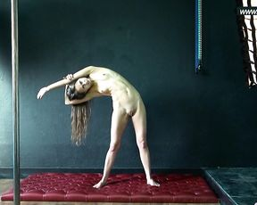 Naked gymnast demonstrates her super flexibility