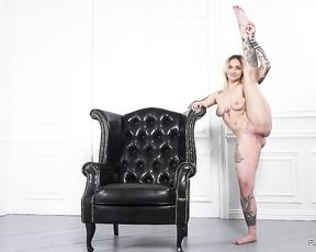 Nude yoga showed by naked gymnast in super flexible porn video