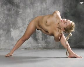 Tiny tits naked gymnast in exclusive porn yoga video