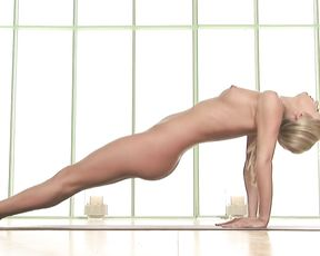 Naked blonde shows off her sexy shapes in yoga plank pose