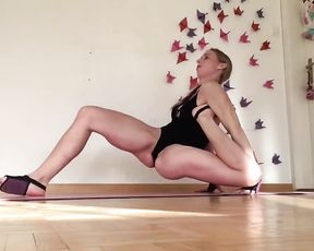 Hot gymnast in bodysuit in webcam sexy yoga video